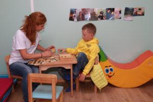 Comment un psychologue de l'éducation évalue-t-il un enfant